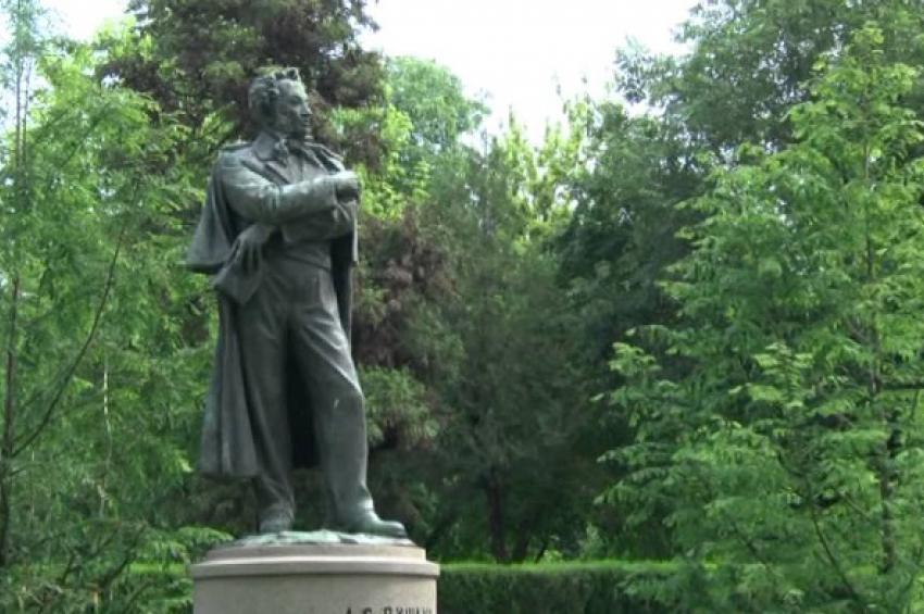 """Резултат с изображение за """"бронзов паметник на Александър Пушкин в естествен ръст, изработен от Петко Задгорски, в Морската градина на Бургас."""""""